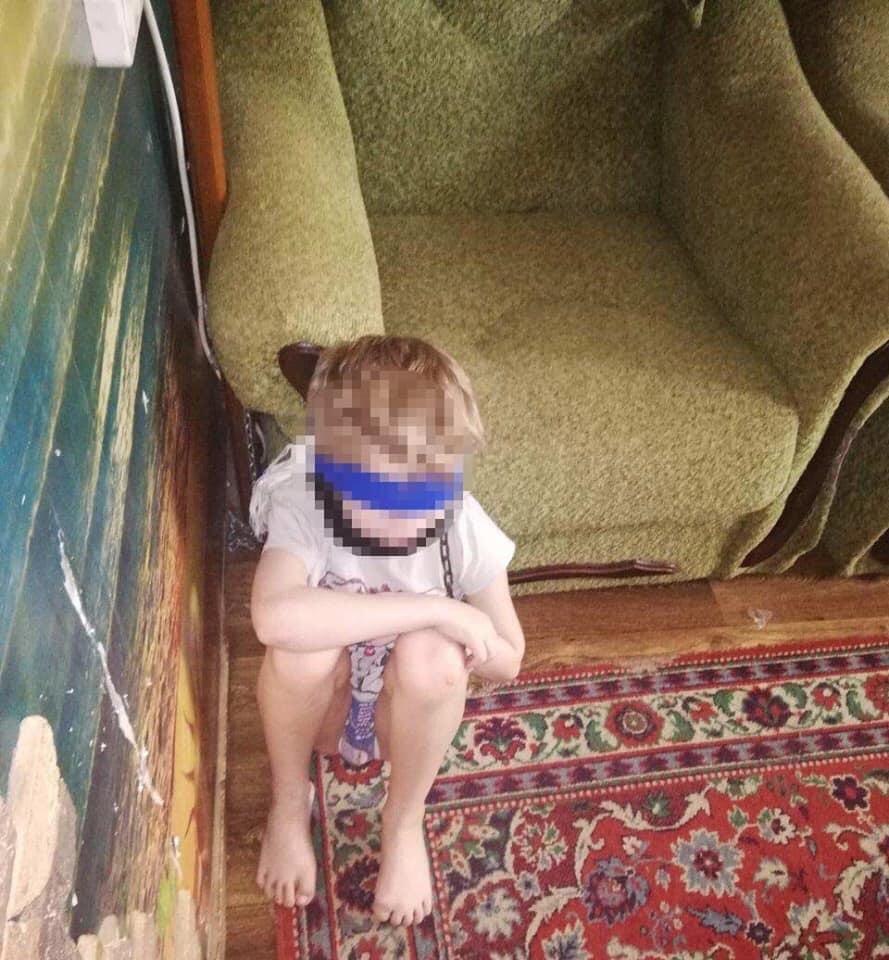Женщина посадила малыша на цепь и обмотала скотчем