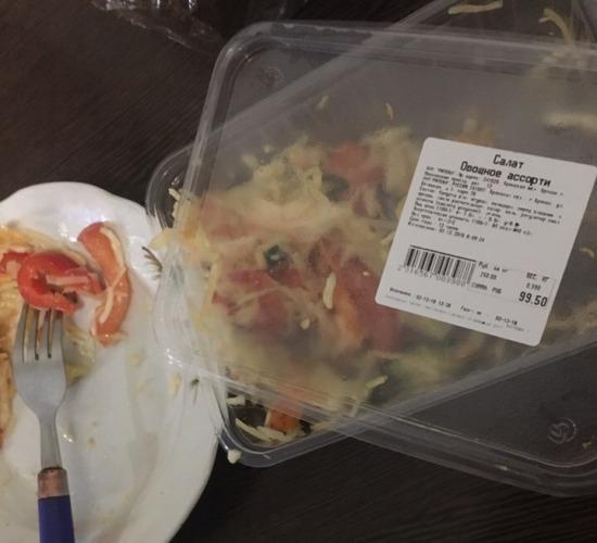 В брянском гипермаркете мужчине продали салат с осколками стекла