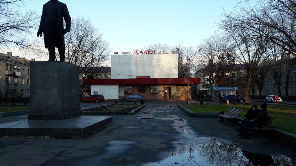 В Володарском районе Брянска продолжается благоустройство сквера у кинотеатра «Салют»