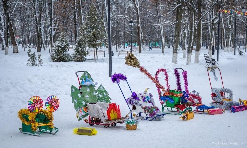 Брянские семьи превратили детские сани в произведения искусства