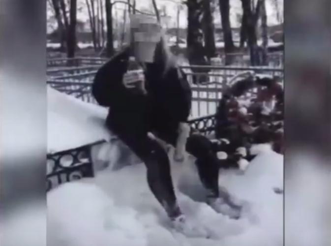 Пьяная школьница станцевала на могилах в Саранске