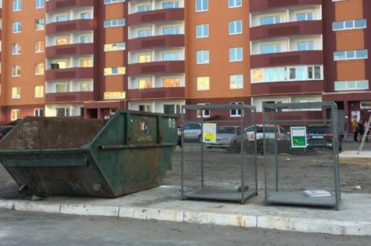 Брянцы превратили экодомик для раздельного сбора мусора в свинарник