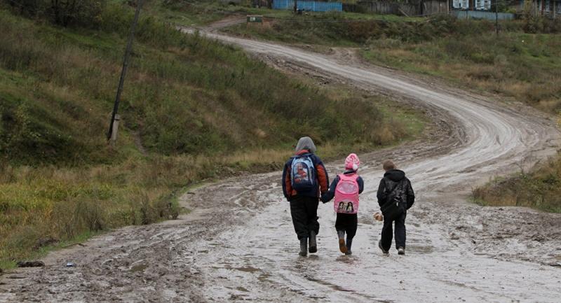 Школьники избрянского посёлка идут доавтобусной остановки 2,5 километра