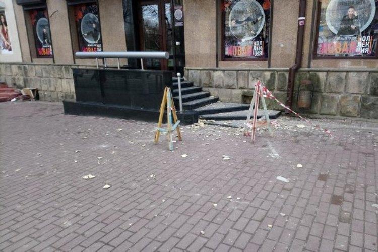 В Брянске возле магазина на девушку обрушилась штукатурка