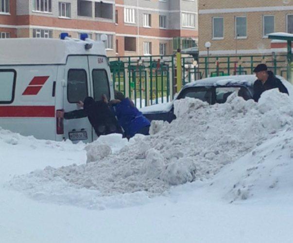 В Брянске скорая помощь попала в снежную западню