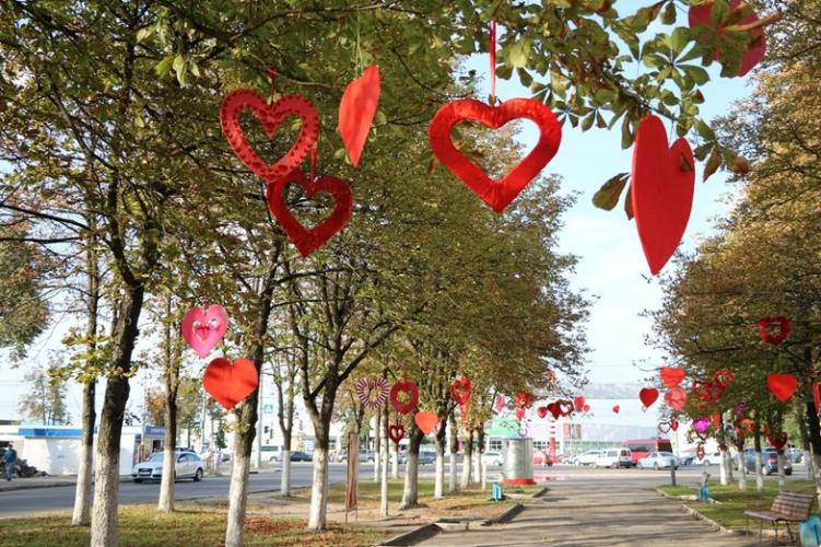 Брянский сквер украсили самодельными сердцами