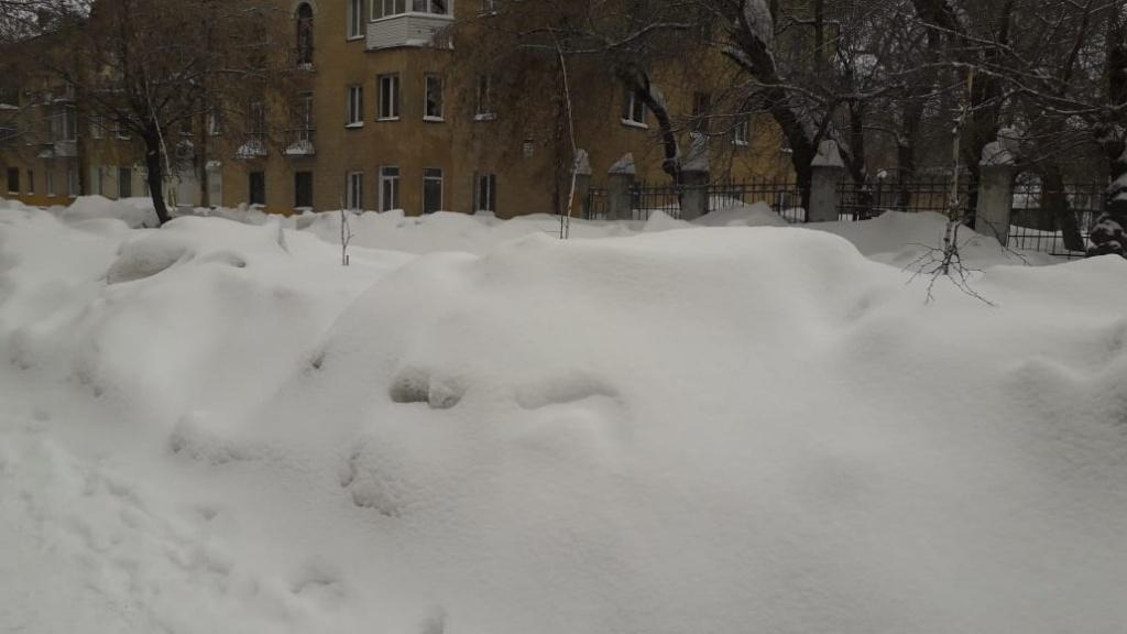 В Брянске жильцы домов по улице Красноармейской просят расчистить въезд во двор