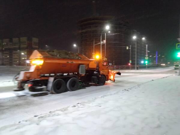 Дорожная техника ночью борется со снегопадом в Брянске