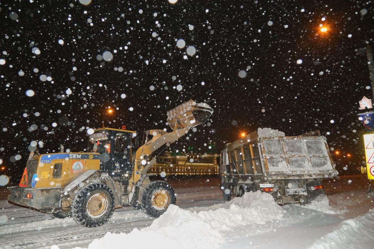 В Брянске коммунальщики расчищают главные улицы от снега