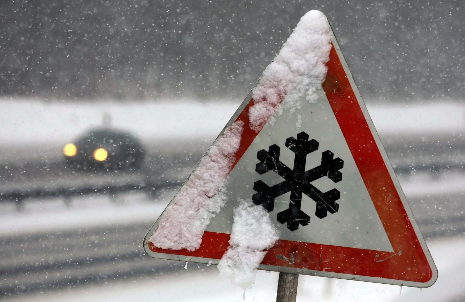 В Брянске сильная метель повалила дорожный знак на проспекте Ленина