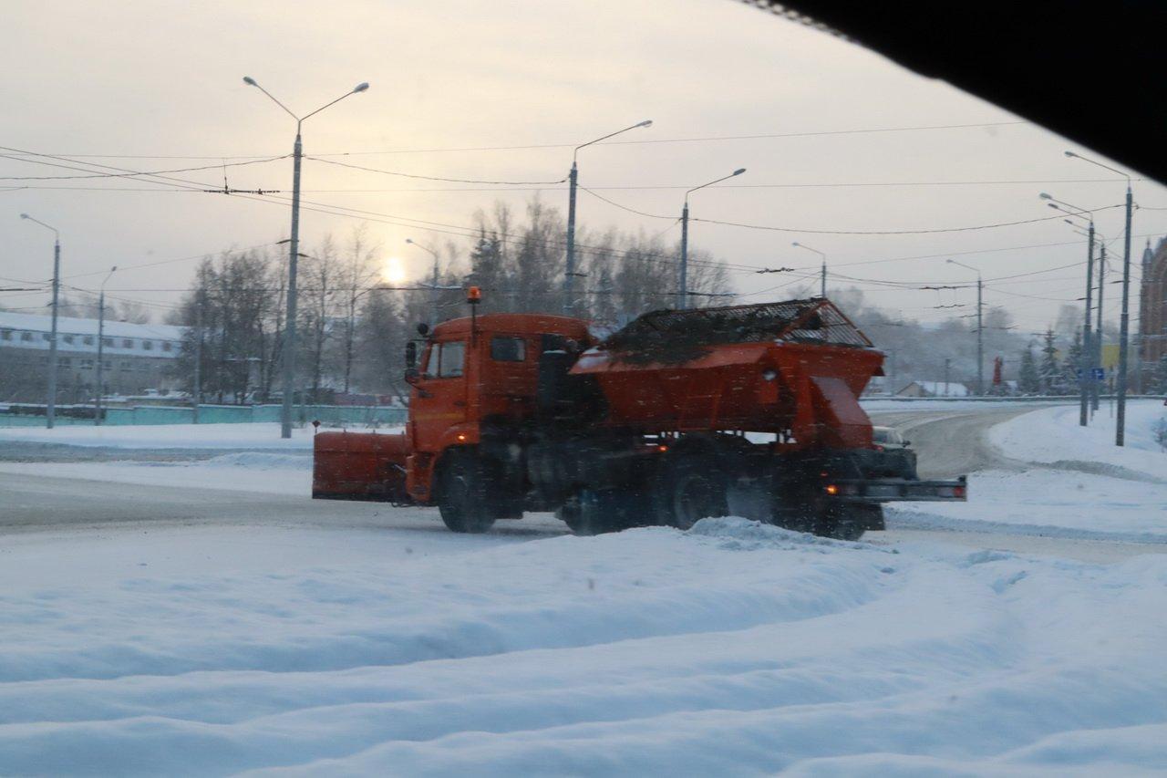 В Брянске на битву со снегом выехали 72 спецмашины