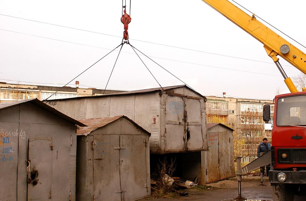 В Брянске перешли к сносу незаконно установленных гаражей