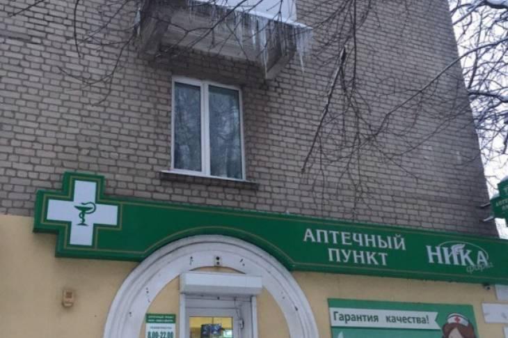 Опасные ледяные глыбы на улице Советской могут обвалиться в любой момент