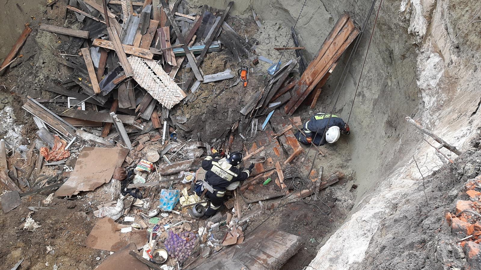 В Злынке под завалами дома нашли тело женщины