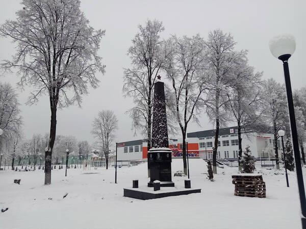 В Жуковке Брянской области завершена установка стелы в память о героях-земляках
