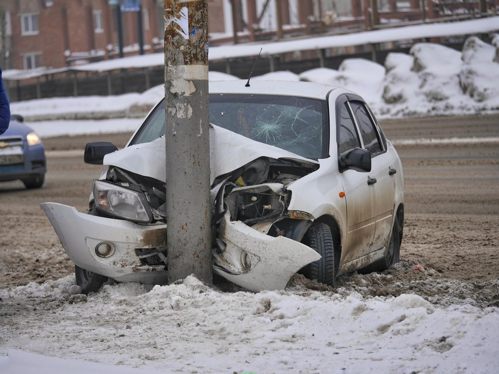 В Новозыбкове водитель врезался в столб после неудачного обгона