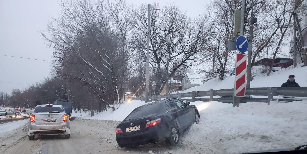 Toyota Camry улетела в сугроб на улице Калинина в Брянске