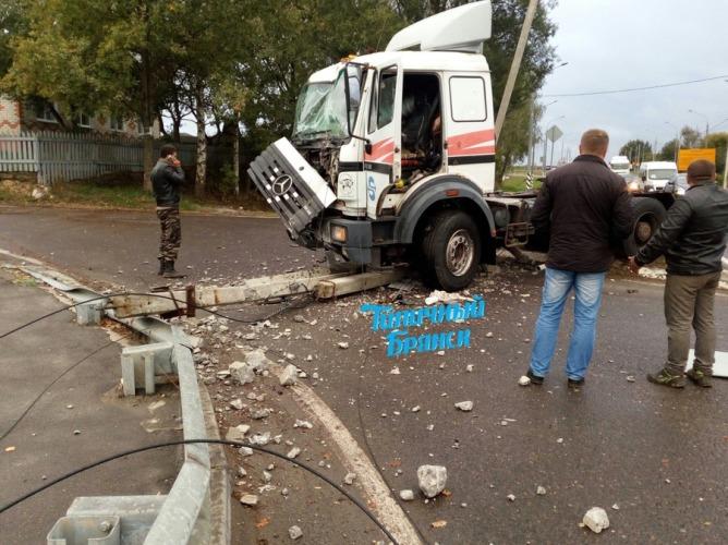 Под Брянском тягач врезался в бетонный столб