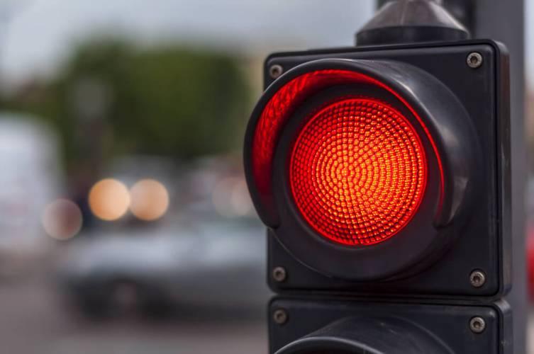 В Брянске лихача на «Ладе Калине» наказали за проезд на красный