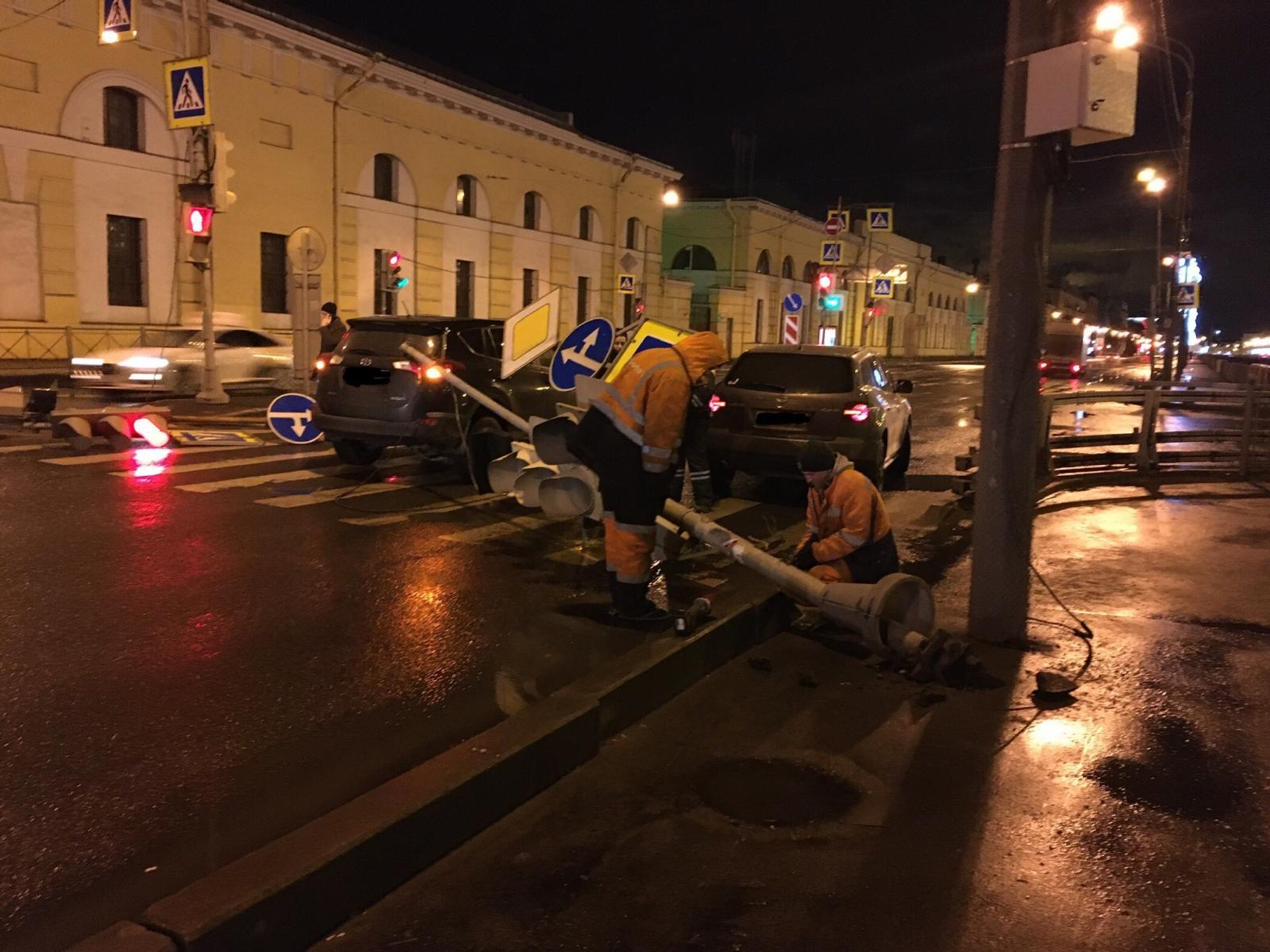 В Фокинском районе автомобиль сбил дорожный знак, светофор и рекламный щит