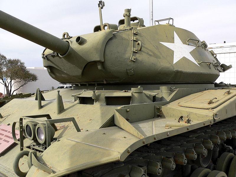 Учеников школы №54 в Брянске поздравили плакатом с американским танком