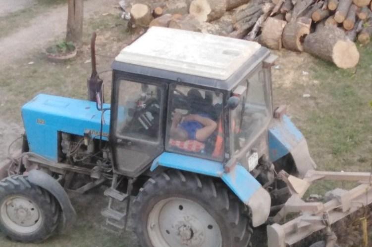 Жительница Брянска пристыдила отдыхающего на работе тракториста