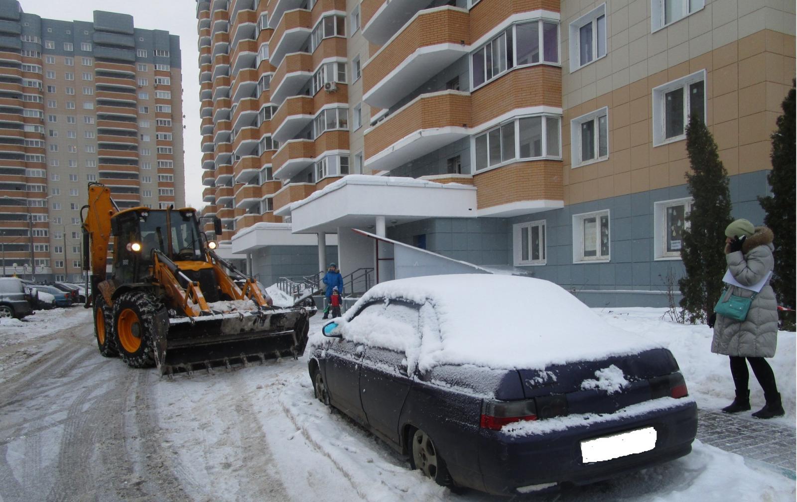На улице Фосфоритной в Брянске автохам перегородил тротуар