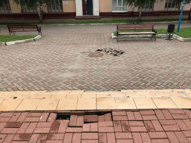 В Брянске около стадиона «Динамо» провалился тротуар