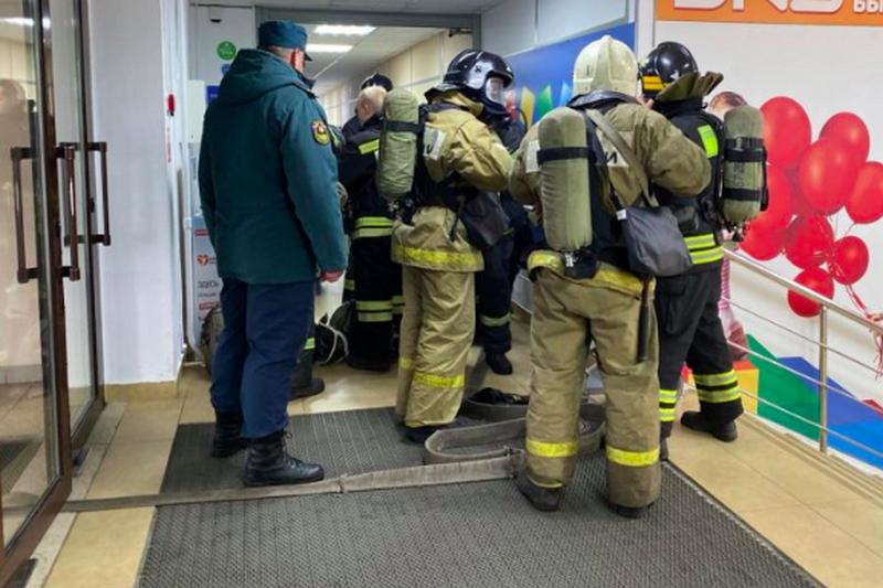 Возле ТРЦ «Мельница» в Брянске работают 3 машины пожарной службы