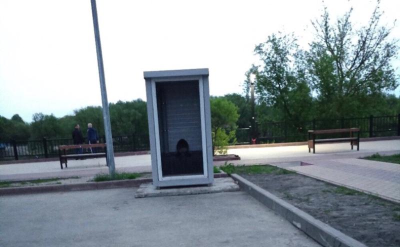 В Брянске туалет на Набережной остался без двери