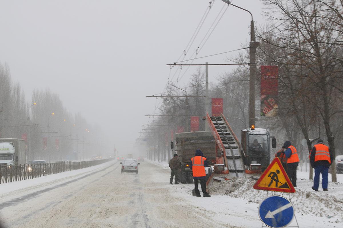 К уборке снега в Брянске присоединились чиновники департамента сельского хозяйства