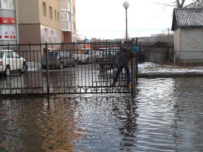 Жители Брянска передвигаются на улицах по заборам