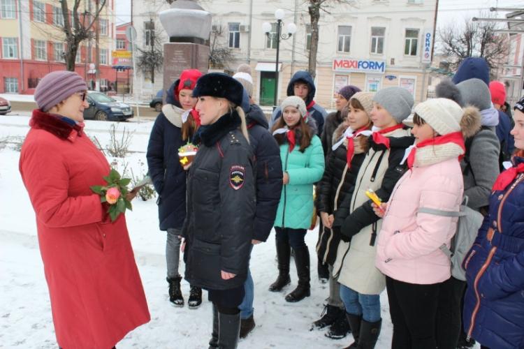 Клинцовские полицейские и волонтеры провели акцию «Скажи добрые слова маме!»