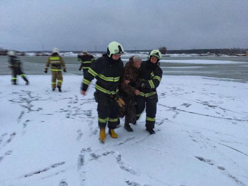 На брянском Орлике спасли провалившегося под лед мужчину