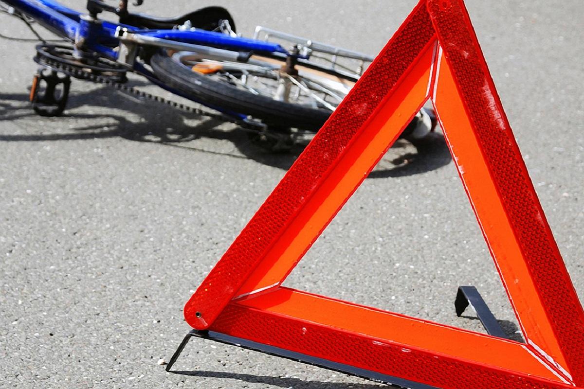 На Красноармейской в Брянске велосипедист влетел в иномарку