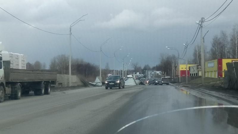 В Брянске сильный ветер снес забор на Флотской