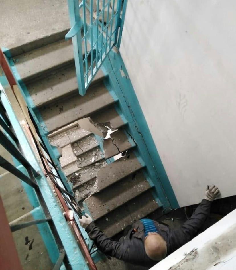 Рабочие уронили двигатель лифта и разрушили три лестничных пролета