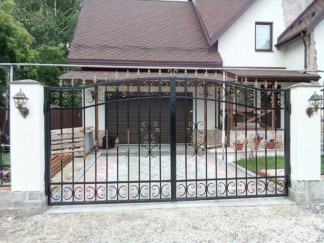 В Брянске молодой уголовник похитил металлические ворота