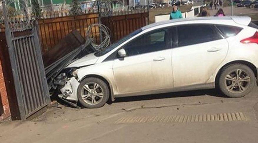 В Брянске на улице Советской автомобиль протаранил автоматические ворота и скрылся