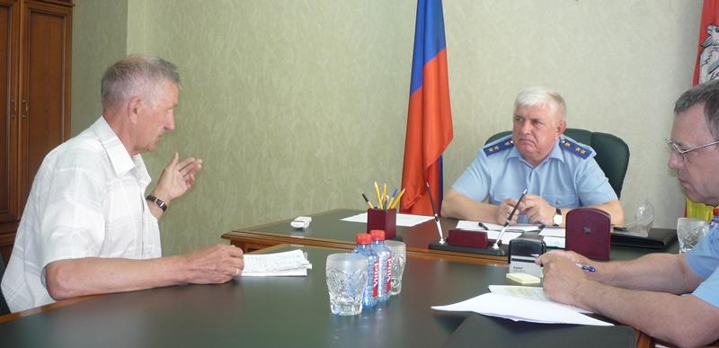 Жители Почепского района пожаловались прокурору на дороги и полицейских