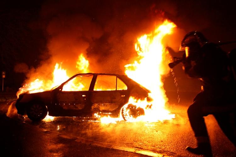 Сегодня ночью в Брянске горел автомобиль