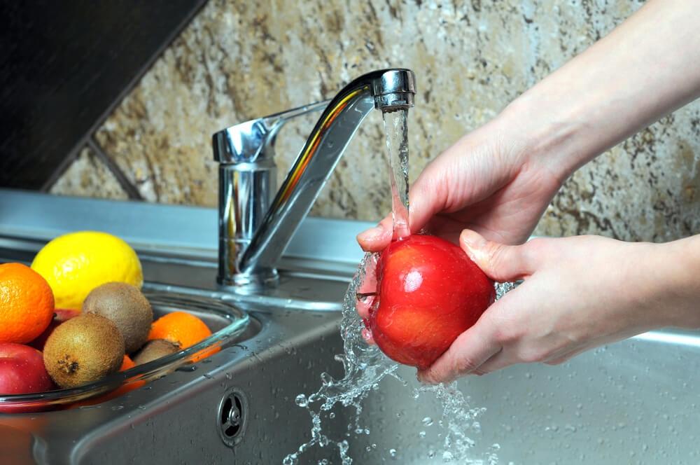 Брянцам рассказали, какие продукты нельзя мыть перед употреблением