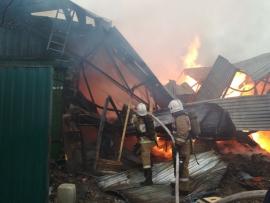 В Брянске на улице 2-я Мичурина сгорели жилой дом и гараж с легковушкой