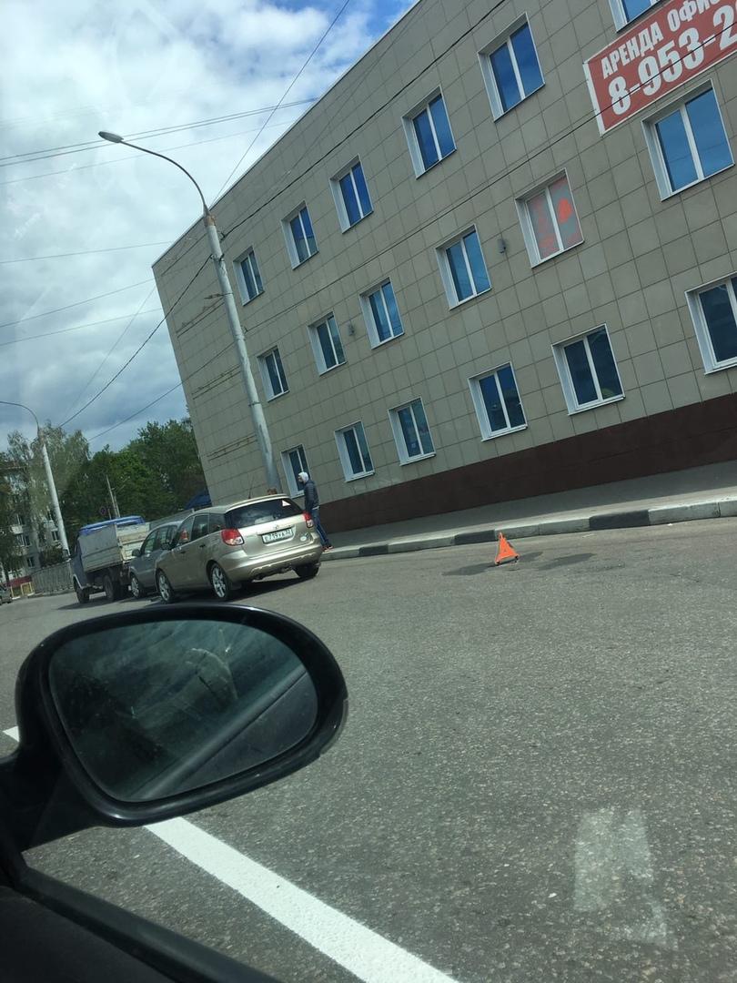 В Брянске на проспекте Московском столкнулись три автомобиля