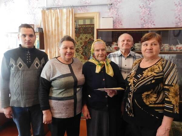Брянскую долгожительницу поздравили с 95-летним юбилеем
