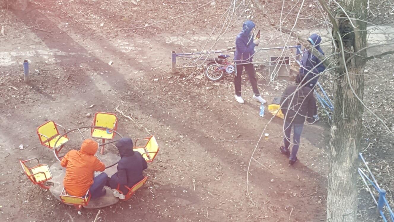 Брянцы на самоизоляции  устроили пьянку на детской площадке