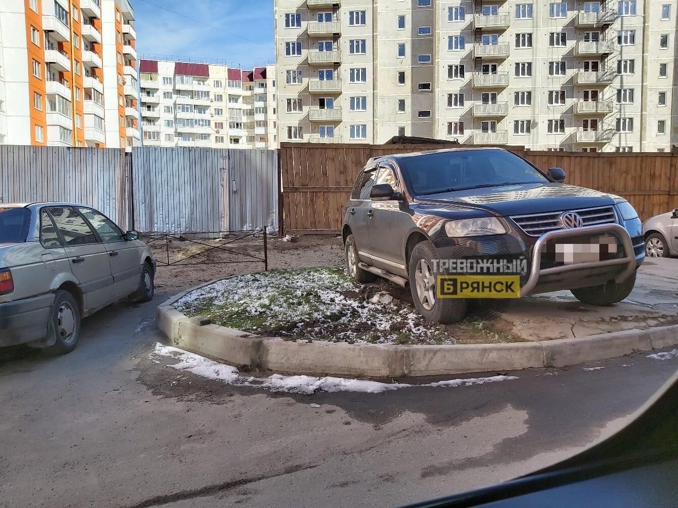 В Брянске автохам припарковал машину на клумбе