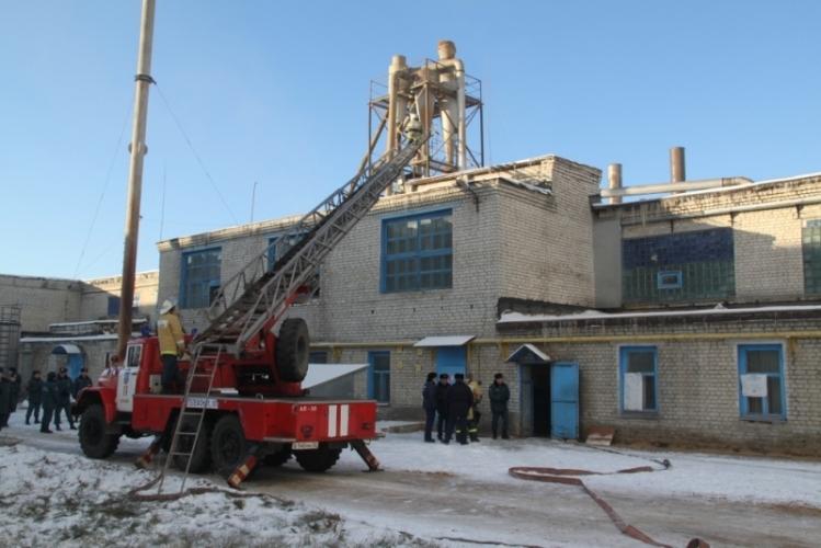 В тушении пожара на брянском заводе приняли участие около 90 спасателей