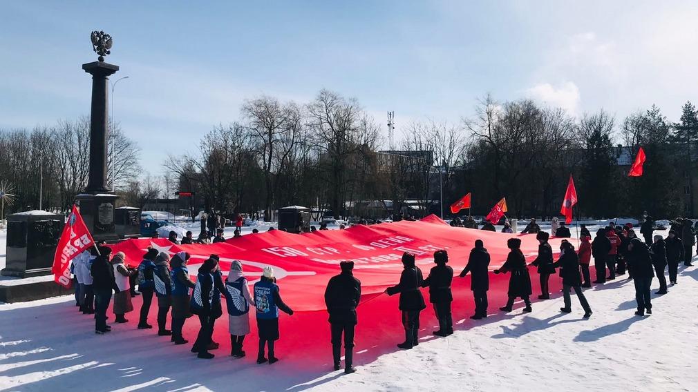 В Брянске на площади Воинской Славы развернули огромное Знамя Победы