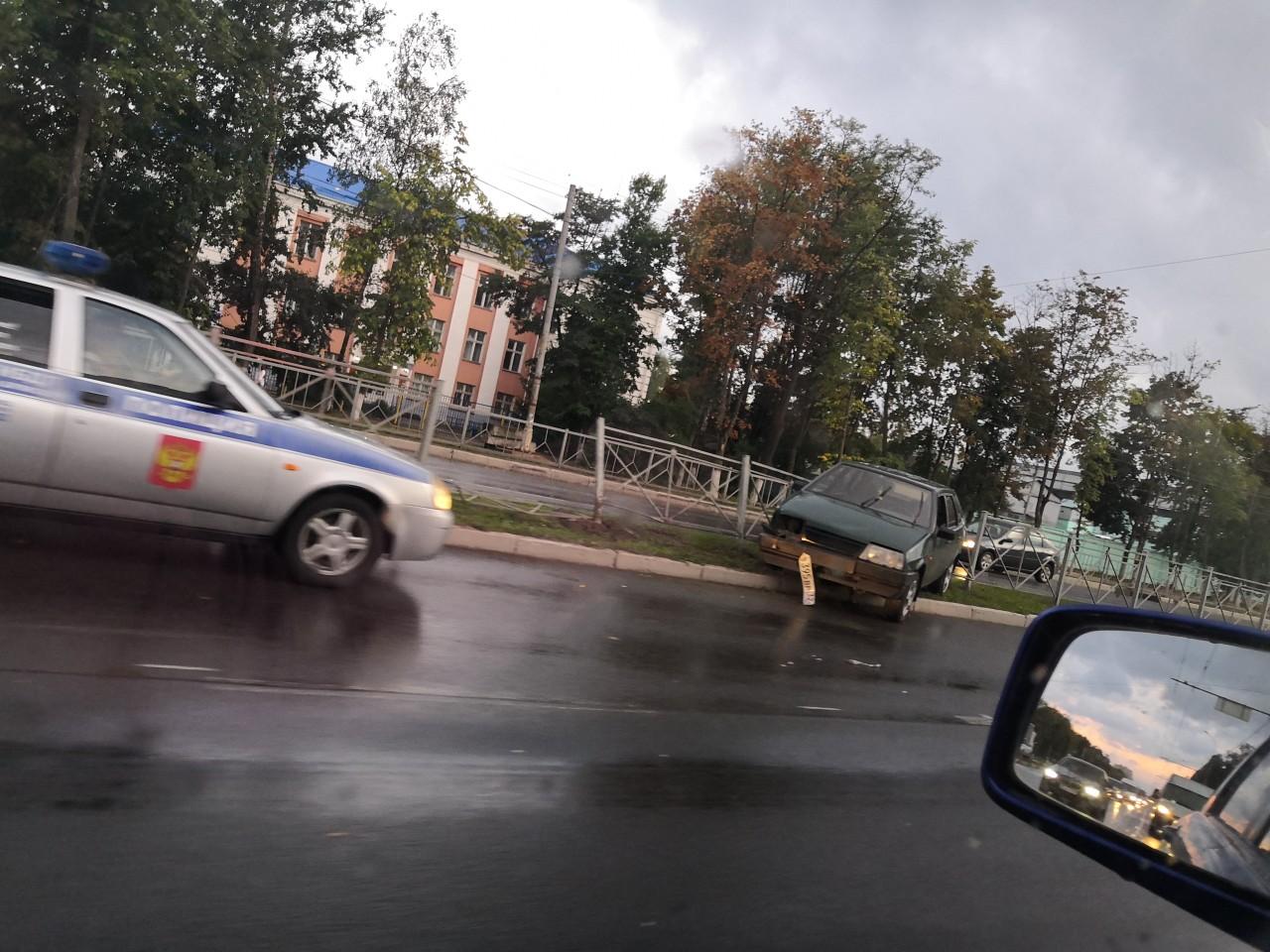 В Брянске легковушка протаранила забор напротив городской Госавтоинспекции